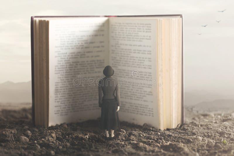 Surreal ogenblik van een kleine vrouw die een reuzeboek lezen royalty-vrije stock foto's