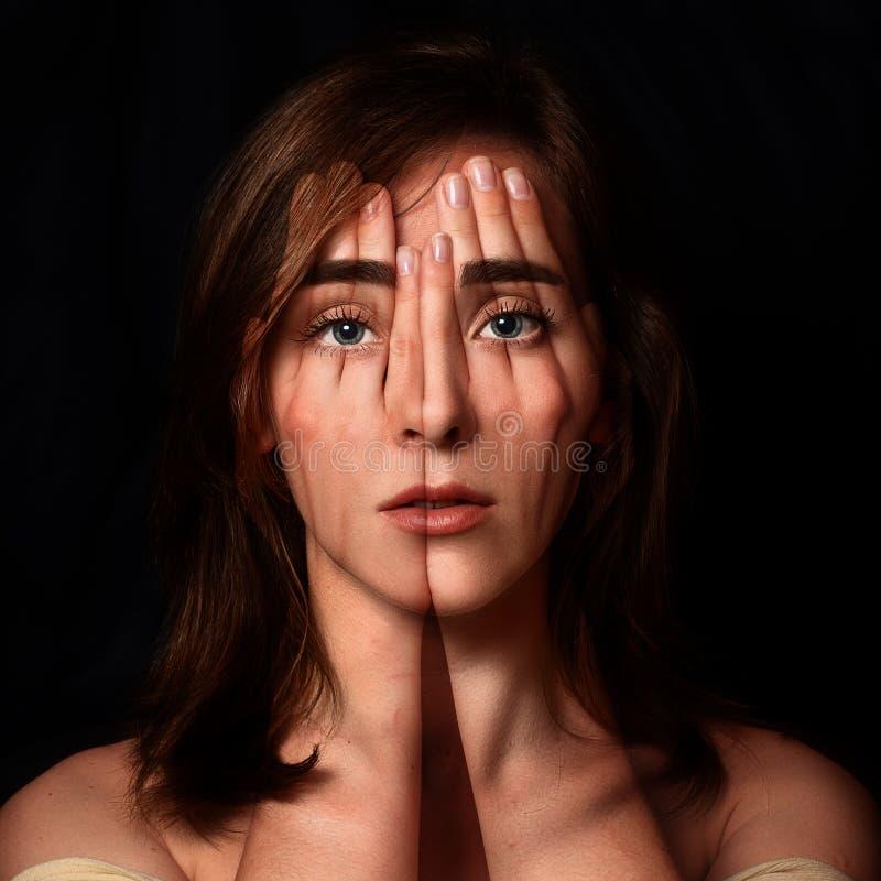 Surreal portret van een jong meisje die haar gezicht en ogenverstand behandelen royalty-vrije stock foto's