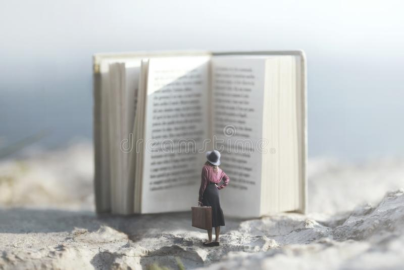 Surreal reis van een vrouw binnen het verhaal van een avontuurlijk boek stock afbeeldingen