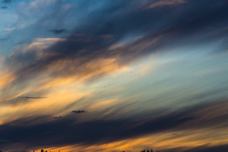 Surreale Himmelfarben über einem schwedischen See lizenzfreies stockbild
