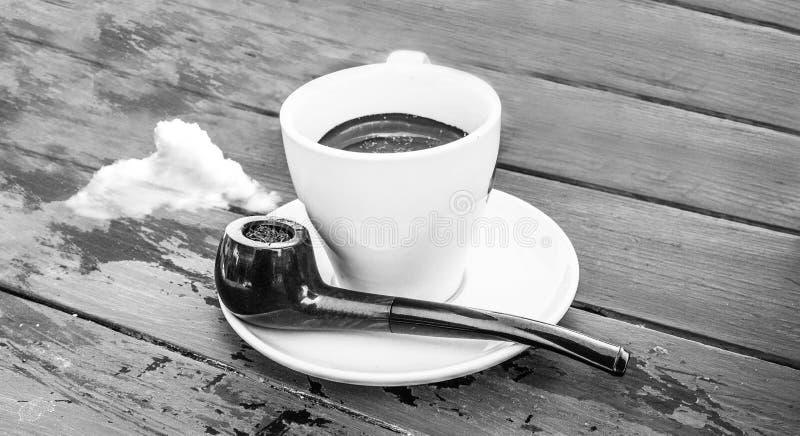 Surreale Kaffeetasse mit Rohr und Wolken anstelle des Rauches lizenzfreie stockfotos