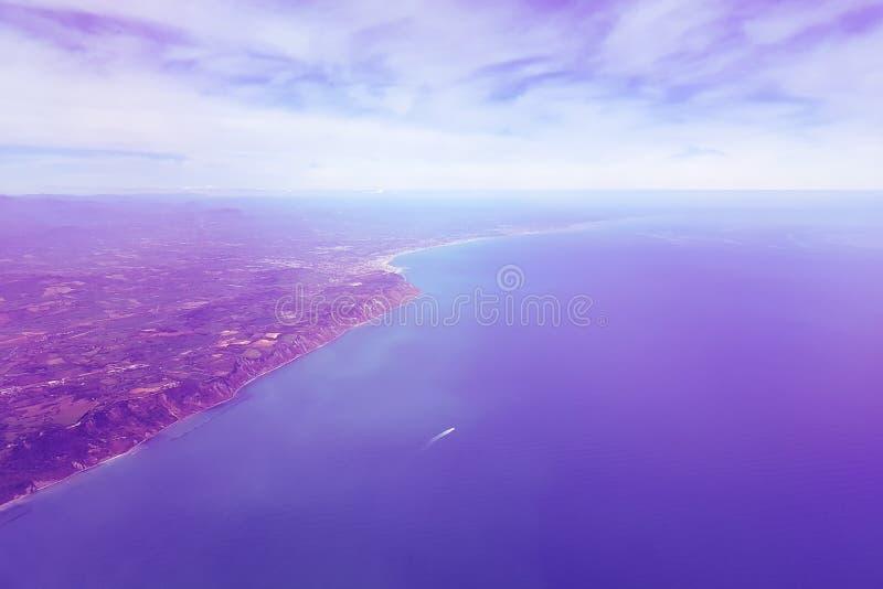Surreale purpurrote Landschaft auf dem Meer und dem Ufer, Ansicht von der Fläche lizenzfreies stockfoto