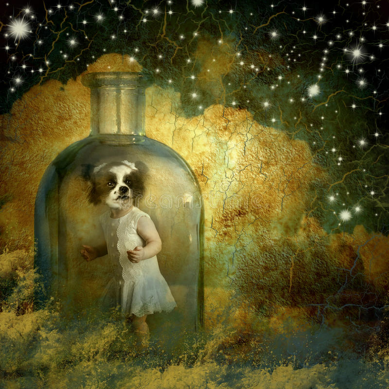 Surreale, ragazza del llittle con la testa del cane dentro una bottiglia immagini stock libere da diritti