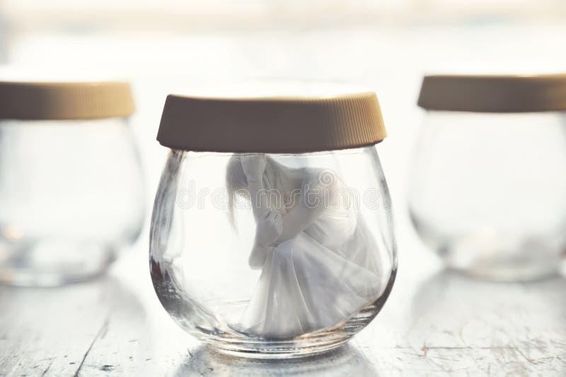 Surrealer Moment einer Frau innerhalb eines Glasgefäßes stockfotos