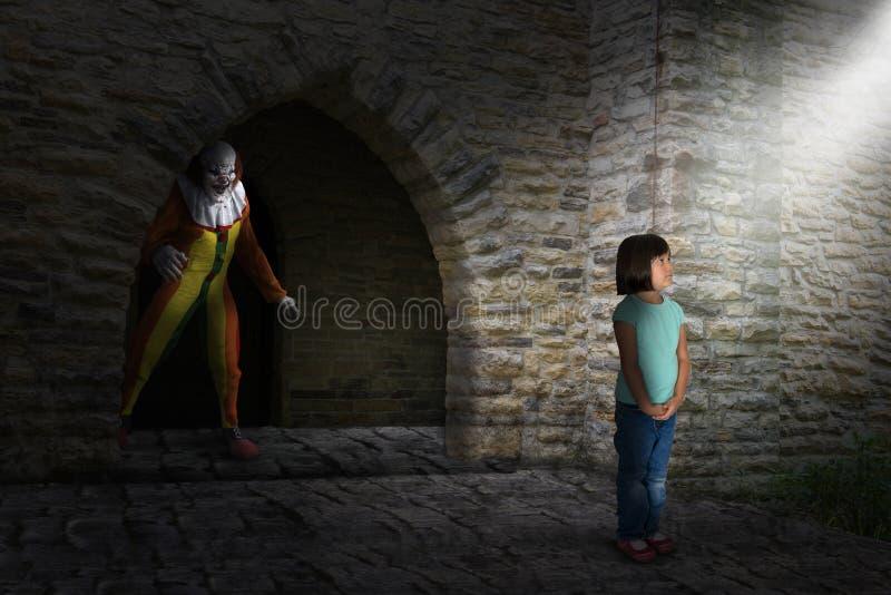 Surrealer schlechter Halloween-Clown, Jäger, junges Mädchen lizenzfreies stockfoto