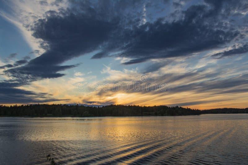 Surrealer schwedischer Sonnenuntergang lizenzfreie stockfotografie
