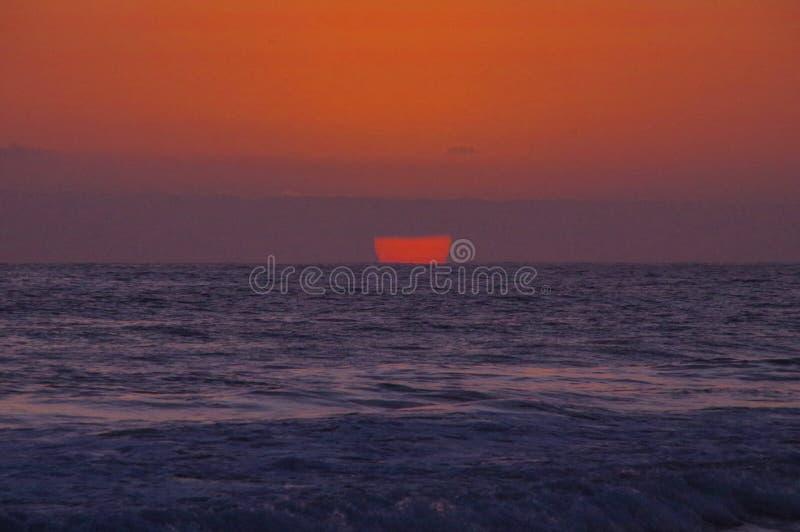 Surrealer Sonnenuntergang über Pazifischem Ozean lizenzfreie stockfotos