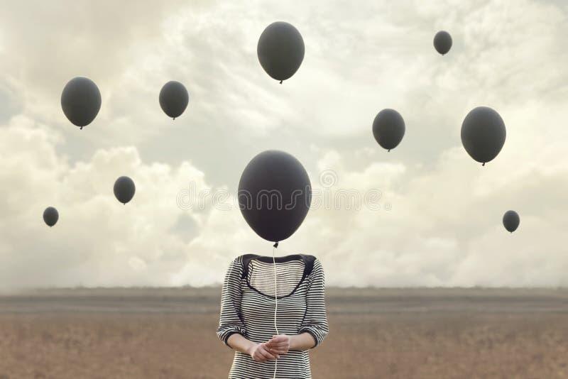 Surreales Bild der Frau und der Schwarzen steigt Fliegen im Ballon auf stockfotos