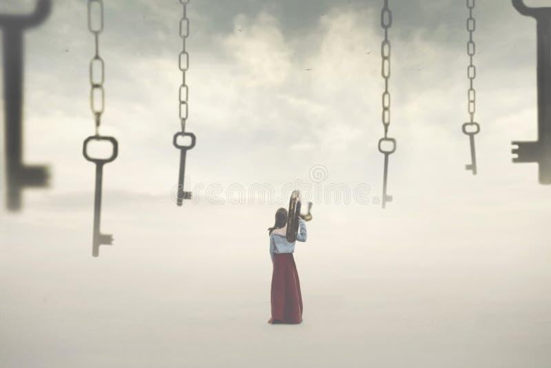 Surreales Bild Einer Frau, Die Einen Schlüssel Wählt Unter
