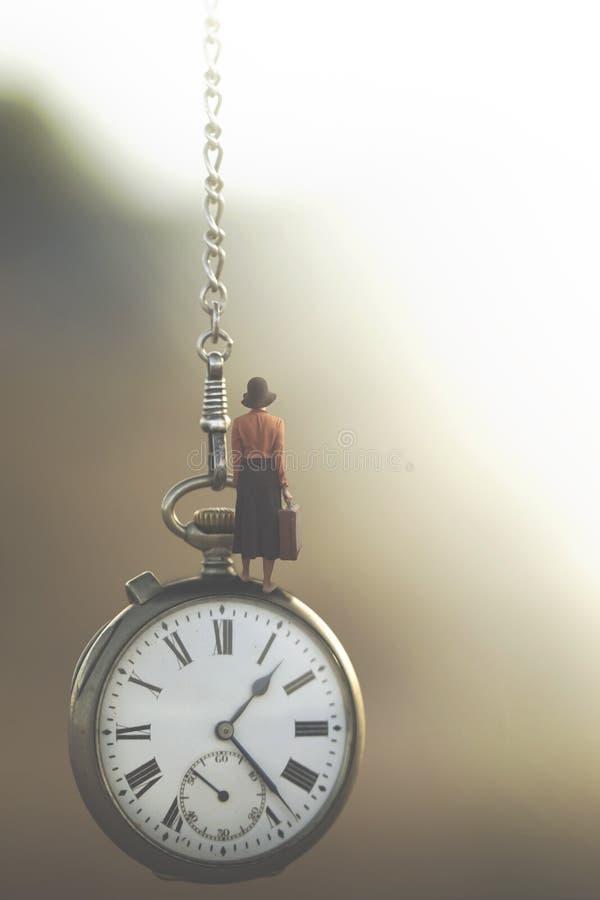 Surreales Bild einer Geschäftsfrau, die unter Kontrolle der schnell fließenden Zeit reist lizenzfreies stockfoto