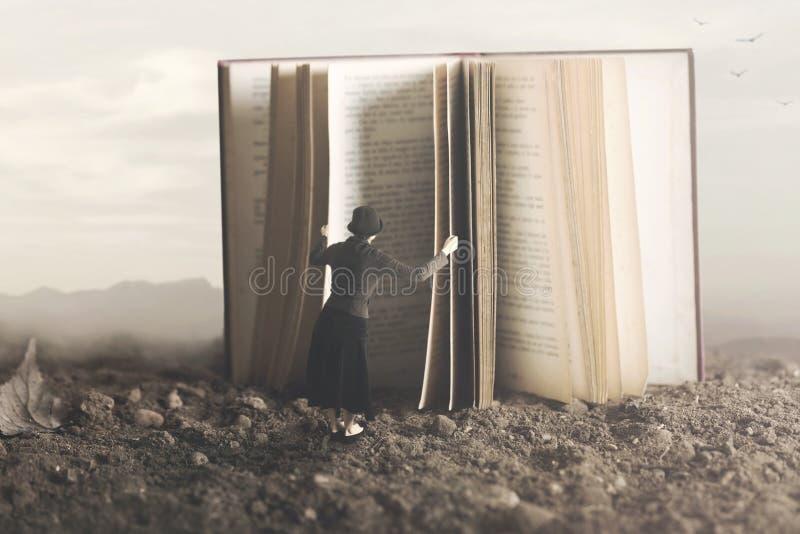 Surreales Bild einer neugierigen Frau, die durch ein riesiges Buch Blätter treibt stockbilder