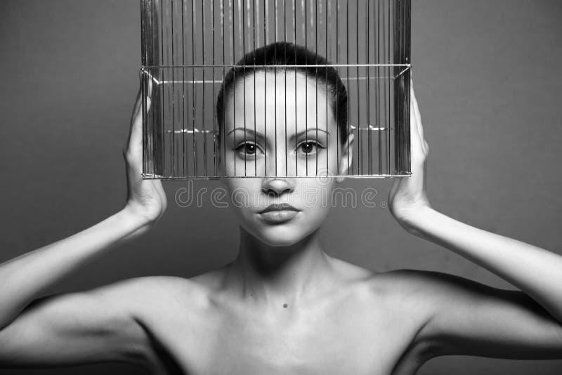 Surrealistische vrouw met kooi stock afbeelding