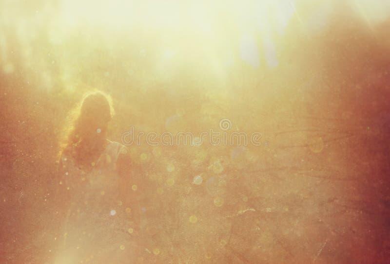 Surrealistyczna fotografia młodej kobiety pozycja w lesie ja fotografia royalty free