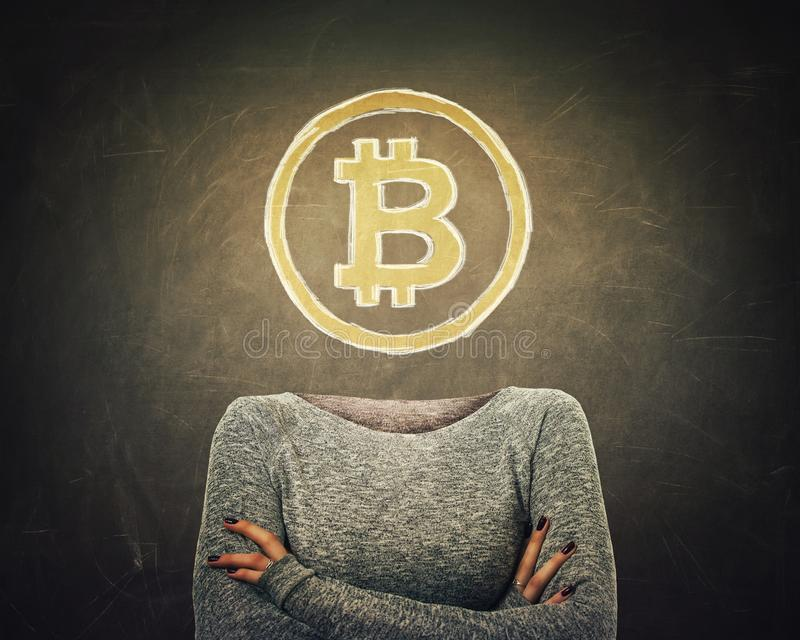 Surrealistyczna wizerunek młoda kobieta z krzyżującymi armss i bitcoin symbol zamiast głowy rysującej nad blackboard tłem nowożyt ilustracji