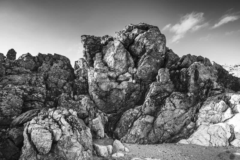 Surrealistyczne Nabrzeżne skały na niebieskiego nieba tle obrazy stock