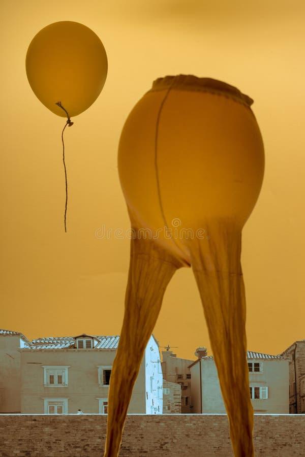 Surrealistycznego składu ` Parting `, kolaż miasto krajobraz, balon i kobiety ` s rajstopy, zdjęcie royalty free