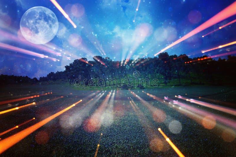Surrealistyczny fantazi pojęcie - księżyc w pełni z gwiazdami połyskuje w nocnego nieba tle obrazy stock