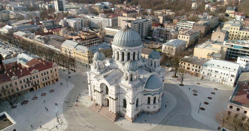 _ Surret sköt av St Michael ärkeängelkyrkan Soboras i Kaunas, Liberty Boulevard, Litauen solig dagfjäder fotografering för bildbyråer