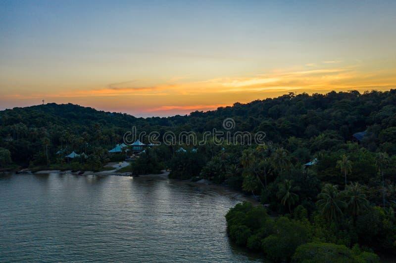 Surret sköt lyxen men den Eco gemenskapsemesterorten och hotellet på berget i den KohKood ön på öst av Thailand royaltyfri foto