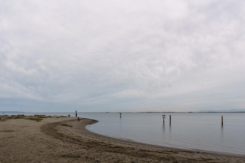 SURREY, CANADÁ - 27 de outubro de 2018: Área do parque de Blackie Spit na baía do limite fotos de stock royalty free