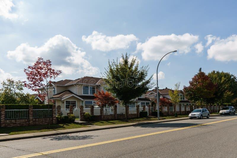 SURREY, CANADÁ - 19 DE SETEMBRO DE 2018: estrada de cidade na área residencial com carros em um dia ensolarado do outono fotografia de stock royalty free