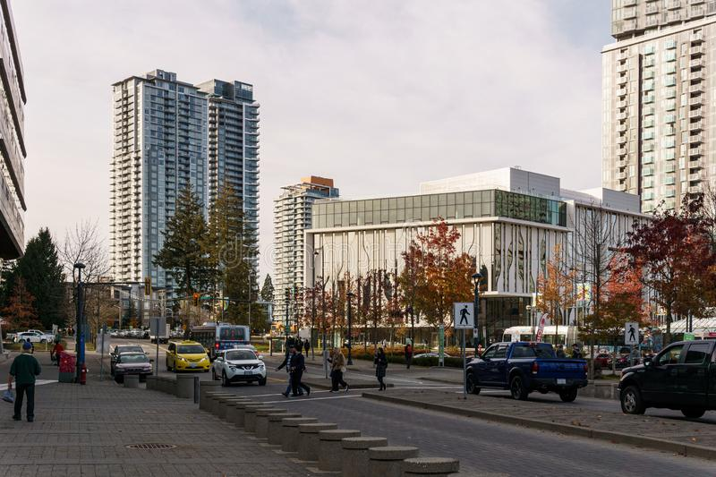 SURREY, CANADA - NOVEMBER 6, 2019: centrum van de stad met grote moderne gebouwen en mensen op straat royalty-vrije stock fotografie