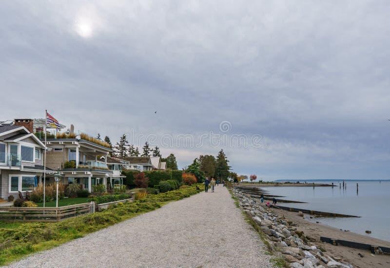 SURREY KANADA - Oktober 27, 2018: Crescent Beach Pier Blackie Spit parkerar område på gränsfjärden arkivfoton