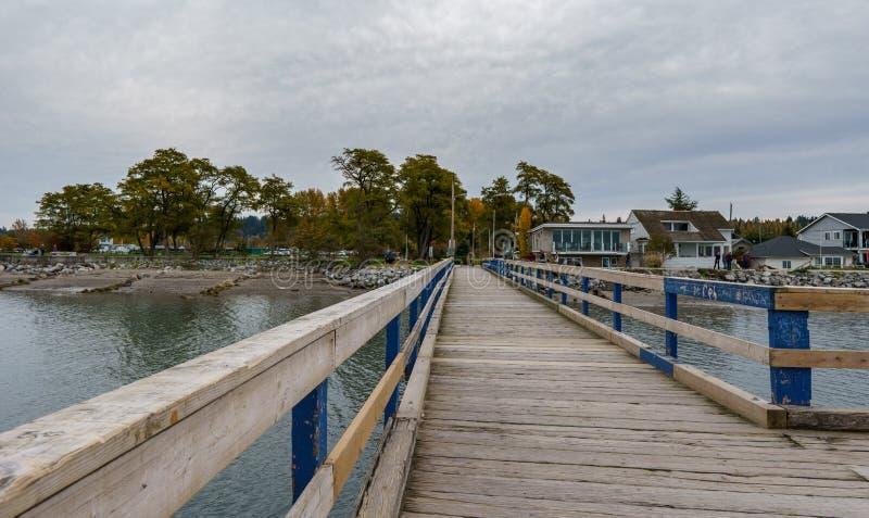 SURREY KANADA - Oktober 27, 2018: Crescent Beach Pier Blackie Spit parkerar område på gränsfjärden royaltyfri foto