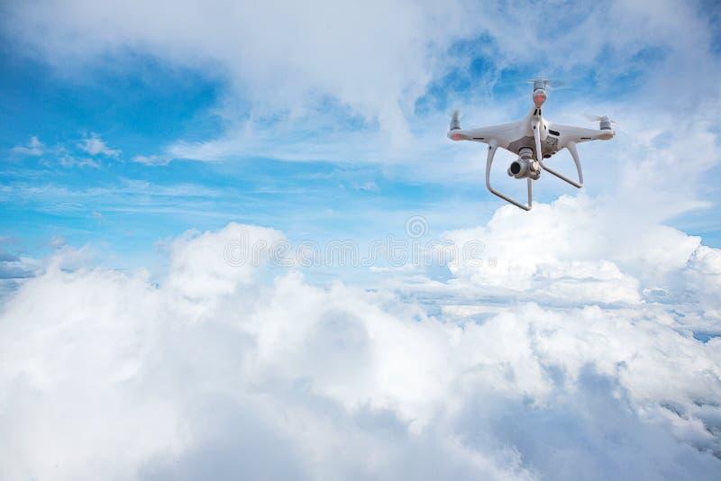Surrhelikopterflyg med den digitala kameran Surr med den digitala kameran för hög upplösning arkivfoton