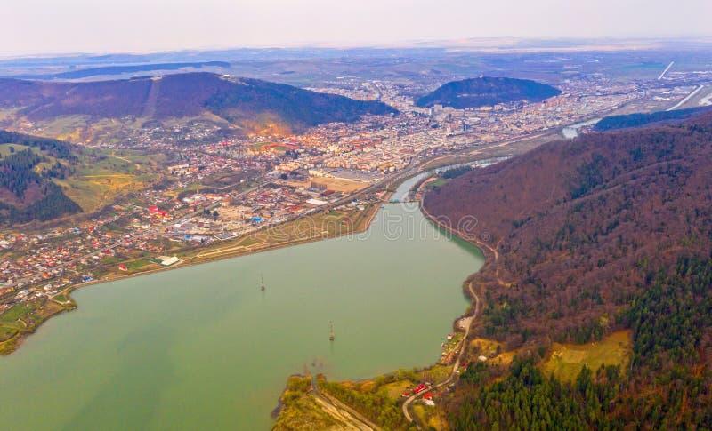 Surrsikt av den lilla staden i Rumänien, Piatra Neamt royaltyfri foto
