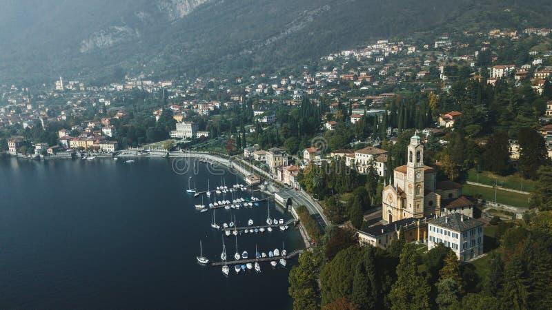 Surrsikt av Lago di Como sjökustlinjen, Italien royaltyfria foton