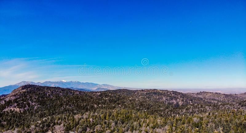 Surrsikt från ovanför kanten av världen som ser över Sanen Bernardino Mountains Towards Angeles Crest och montering Baldy arkivfoton