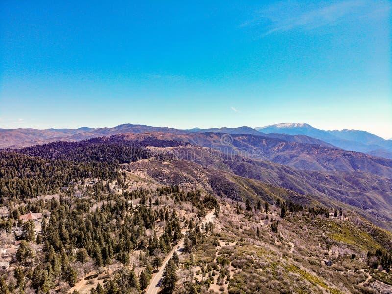Surrsikt från ovanför kanten av världen som ser över Sanen Bernardino Mountains Towards Mounts San Gorgonio arkivfoton