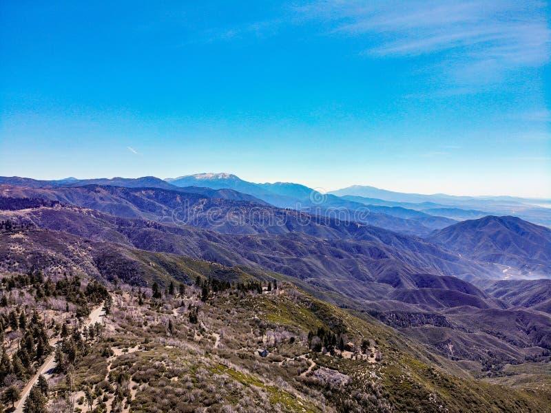 Surrsikt från ovanför kanten av världen som ser över Sanen Bernardino Mountains Towards Mounts San Gorgonio och San Jacinto arkivbild