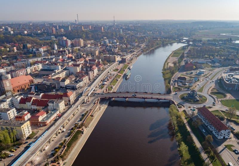Surrsikt p? karusell i den Gorzow Wielkopolski och Warta floden royaltyfria bilder