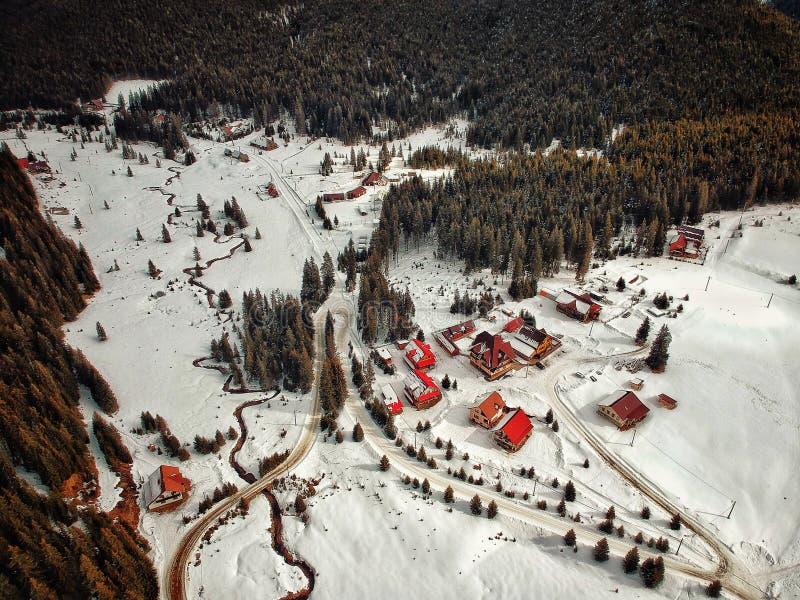 Surrsikten av Sureanu skidar område, Carpathian berg, Rumänien Wi arkivbild