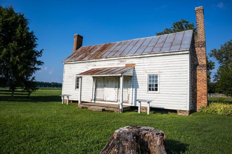 SURRY, VIRGINIA/USA - 20. JULI 2019: Die letzte restliche Sklavenkabine circa 1830, die am Schloss des Speckes errichtet wurde, d lizenzfreie stockbilder