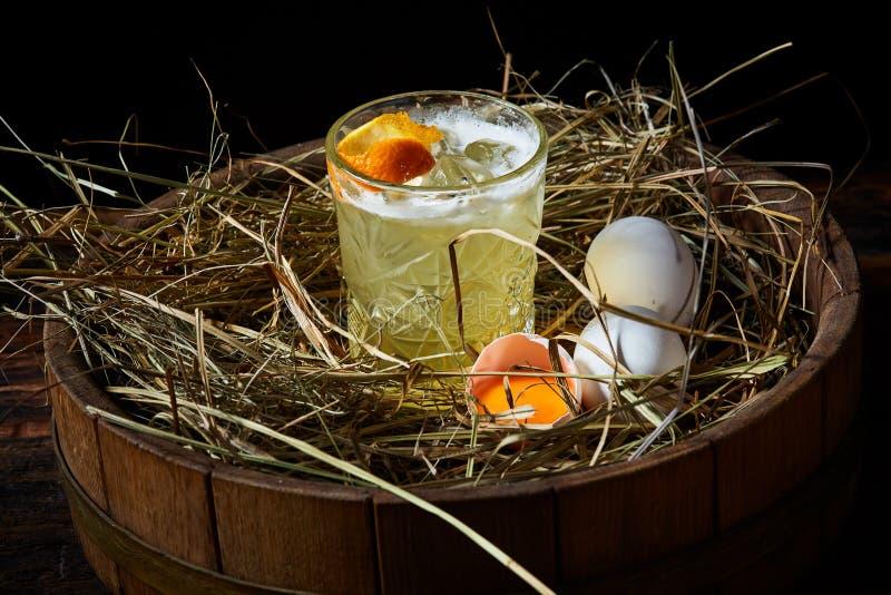 Surt för whisky med fega ägg royaltyfria foton