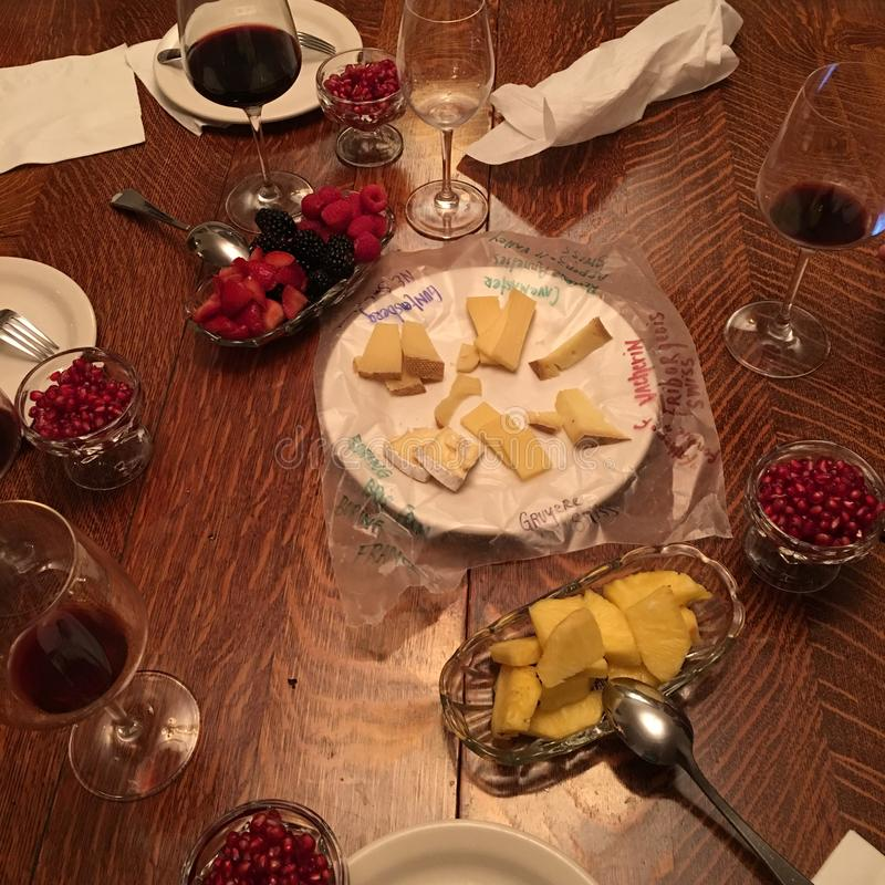 Surtido apetitoso del corte de fruta y placa de quesos del gastrónomo y vino frescos - opinión del Alto-ángulo del ajuste de la m imagenes de archivo