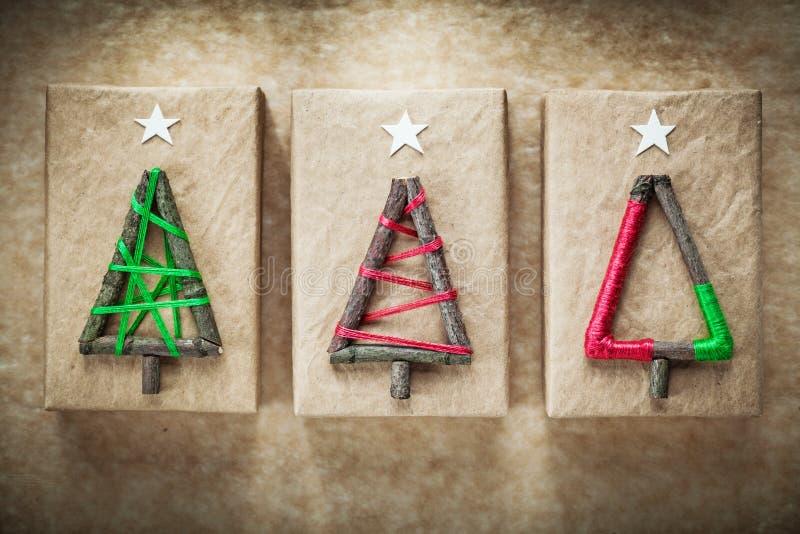 Surtido cajas hechas a mano de la Navidad de actuales en el papel del vintage foto de archivo