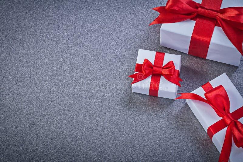 Surtido de actuales cajas envueltas en días de fiesta grises del fondo imágenes de archivo libres de regalías