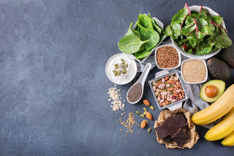 Surtido de alta comida sana de las fuentes del magnesio imagenes de archivo