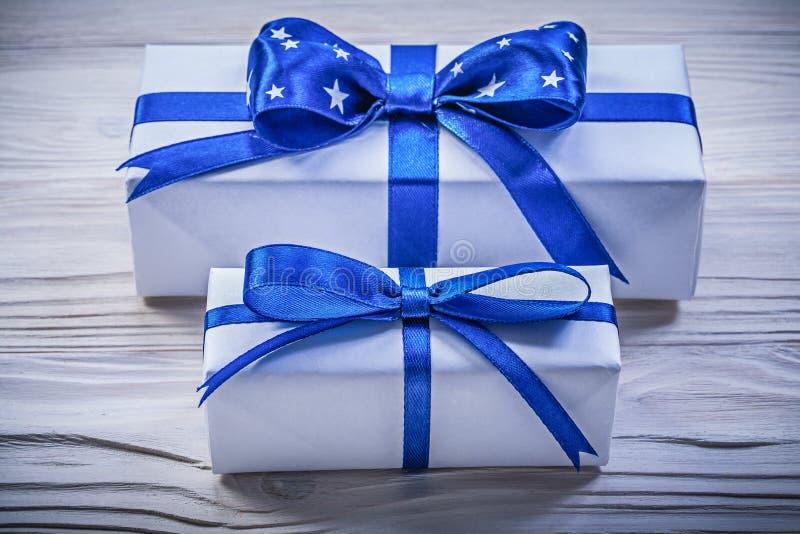 Surtido de cajas de regalo en concepto de los días de fiesta del tablero de madera fotos de archivo