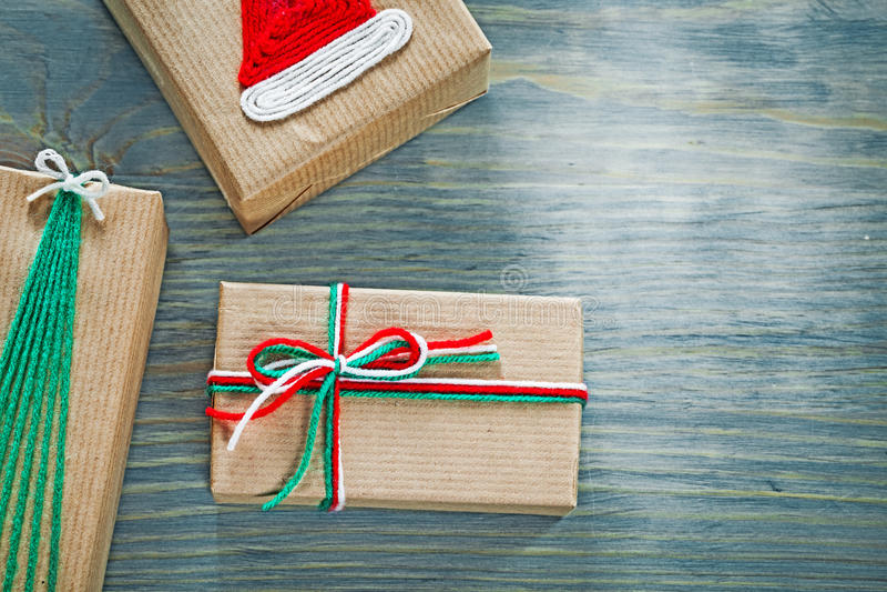 Surtido de cajas de regalo hechas a mano de la Navidad en holi del tablero de madera imágenes de archivo libres de regalías