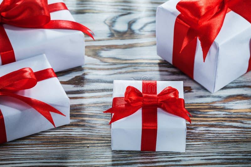 Surtido de cajas de regalo rojas en superficie de madera fotos de archivo