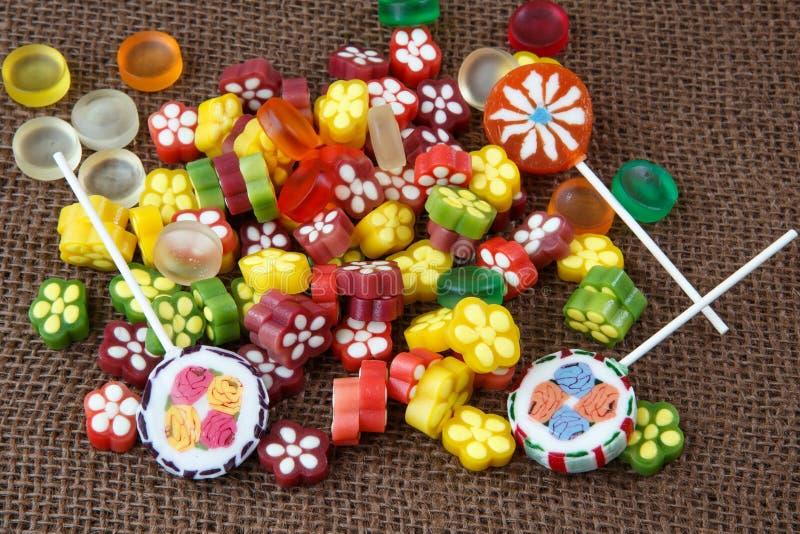 Surtido de caramelo y de piruletas coloridos foto de archivo