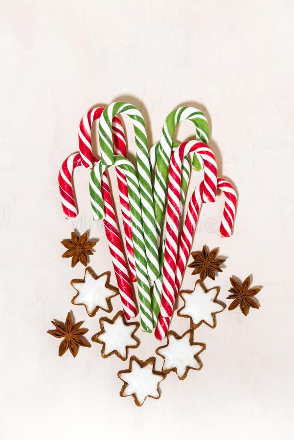 surtido de caramelos de azúcar de la Navidad y de estrellas de las galletas en el fondo de madera blanco foto de archivo