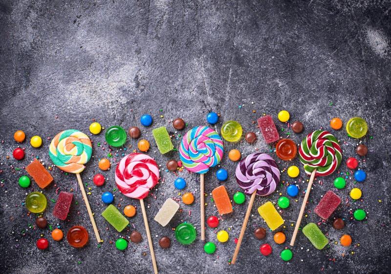 Surtido de caramelos y de piruletas coloridos fotografía de archivo libre de regalías