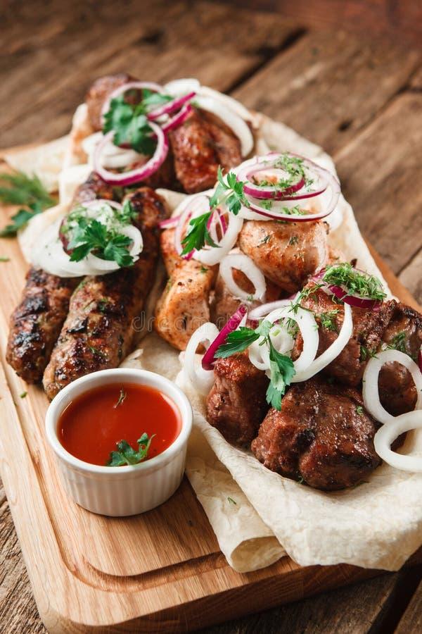 Surtido de carne asada a la parrilla Almuerzo apetitoso fotos de archivo