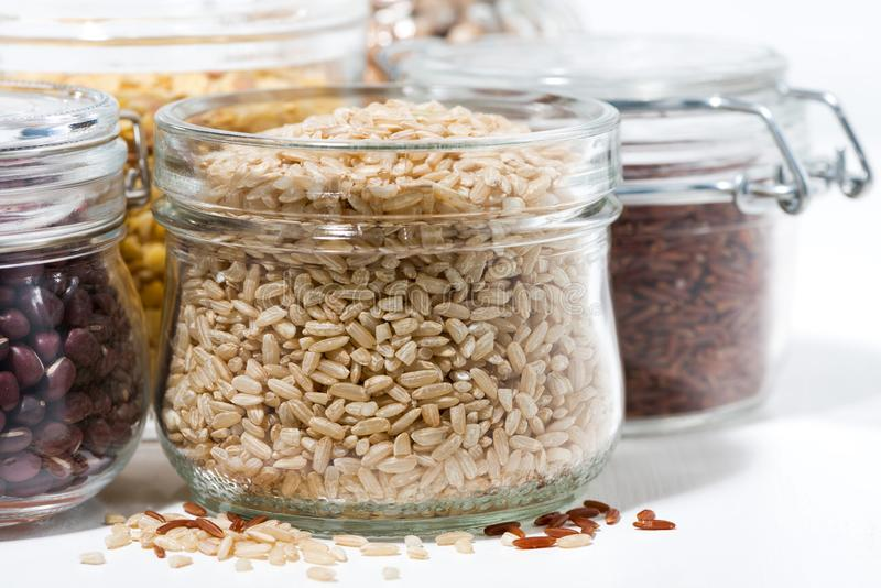 Surtido de cereales y de legumbres en el fondo blanco, primer fotos de archivo